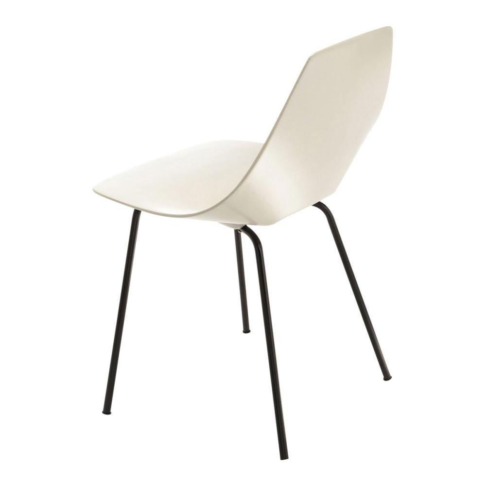 Chaise tonneau blanche guariche amsterdam maisons du monde for Housses de chaises blanches