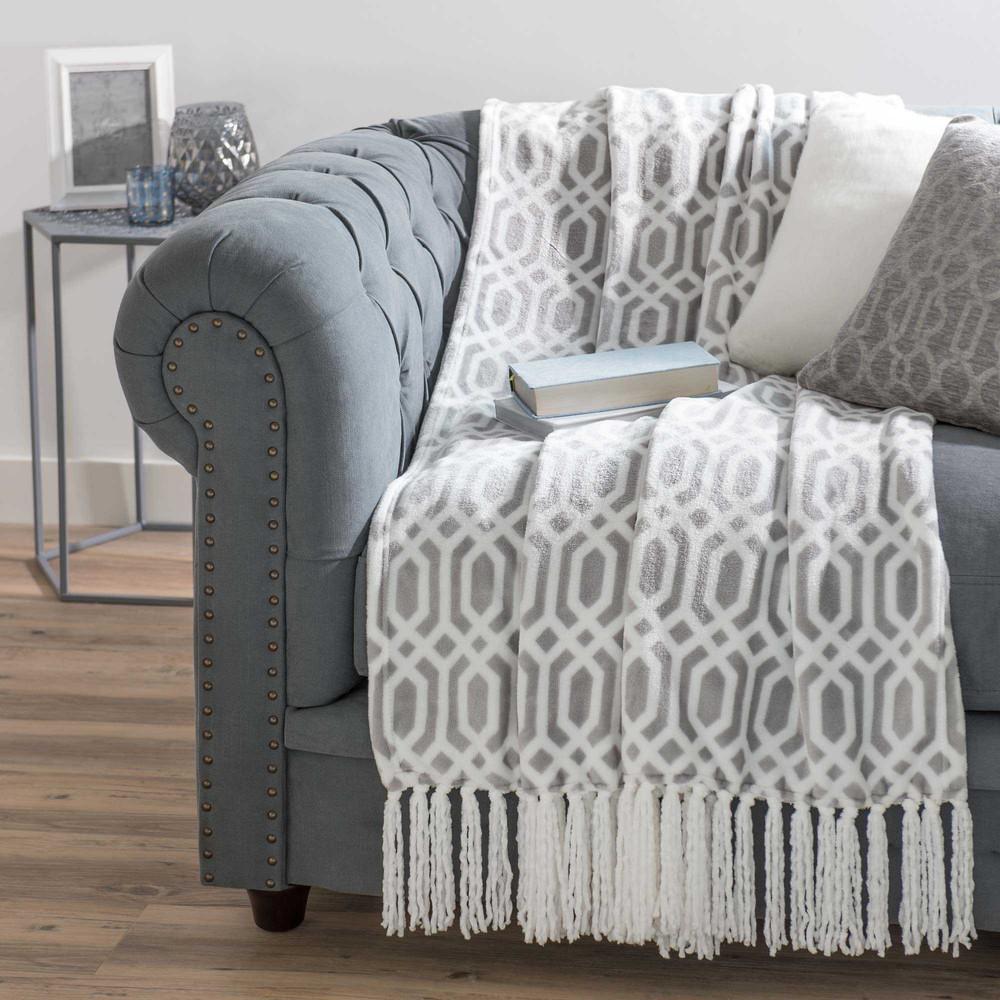 Colcha suave gris blanca con flecos 125 x 150 cm winston for Colcha blanca cama 150