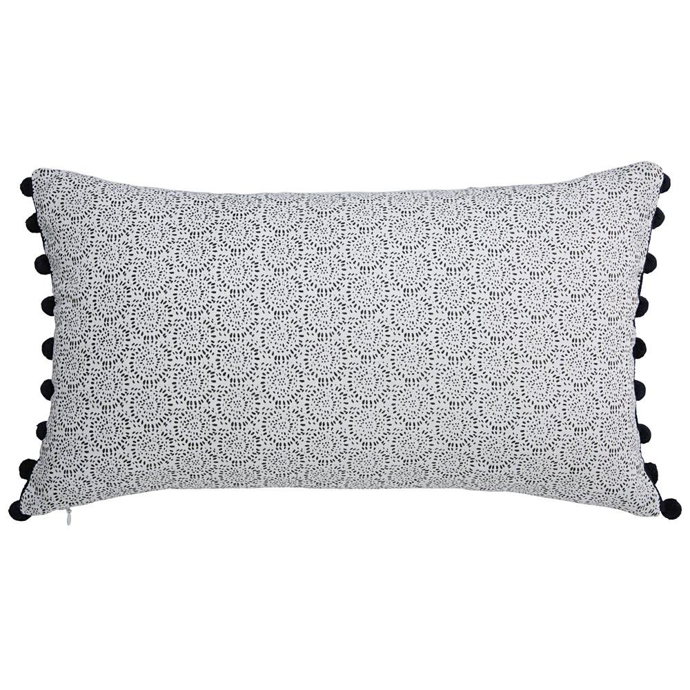 coussin pompons en lin blanc et noir 30x50cm vahiti maisons du monde. Black Bedroom Furniture Sets. Home Design Ideas