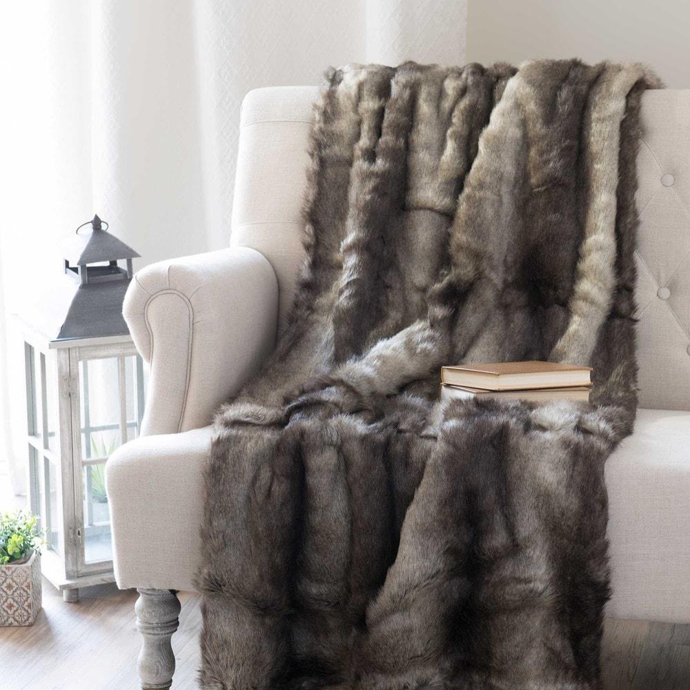 couvre lit fausse fourrure gris just contempo couvrelit. Black Bedroom Furniture Sets. Home Design Ideas
